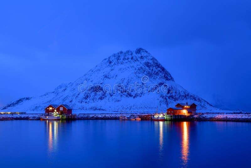 Μπλε ώρα σε Reine, αρχιπέλαγος Lofoten, Νορβηγία στο χειμώνα, αντανάκλαση νερού σε Hamnoy στοκ εικόνες με δικαίωμα ελεύθερης χρήσης