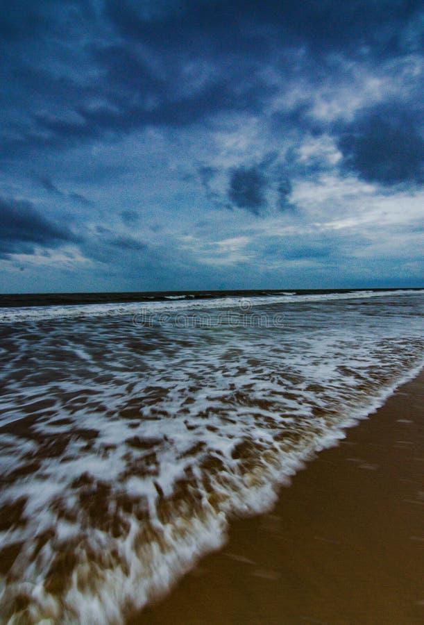 Μπλε ώρες σύννεφα στην παραλία στοκ φωτογραφία