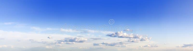 μπλε cloudly ουρανός στοκ φωτογραφία με δικαίωμα ελεύθερης χρήσης