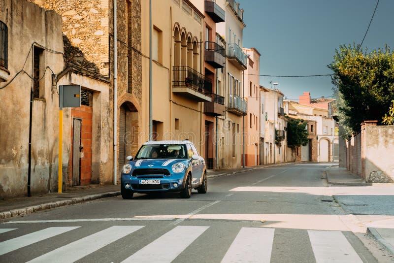 Μπλε Drive χωρικών του Mini Cooper σε παλαιό στενό ισπανικό Stree στοκ φωτογραφίες