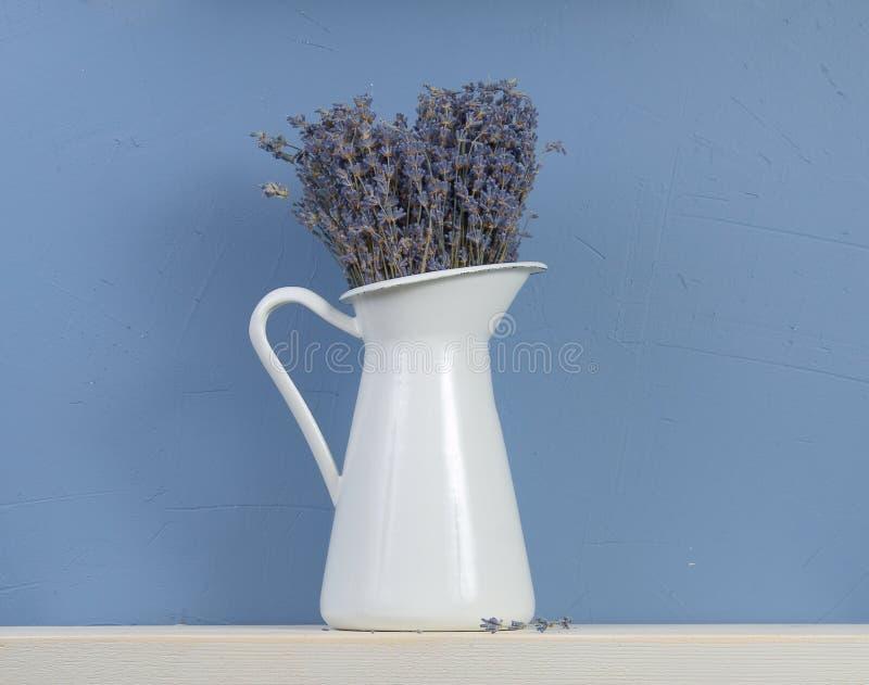 μπλε lavender ζωή ακόμα άσπρη στοκ εικόνα