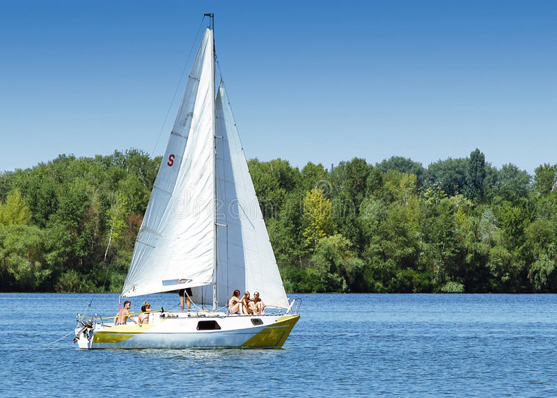 μπλε sailboat πρωινού s ναυσιπλοΐ& στοκ φωτογραφίες