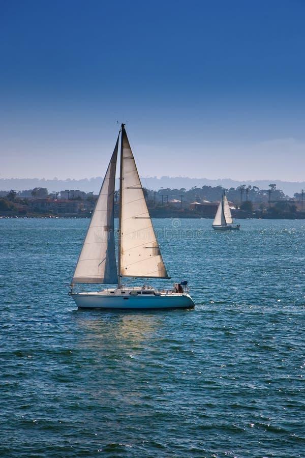 μπλε sailboats ύδατα στοκ εικόνα με δικαίωμα ελεύθερης χρήσης