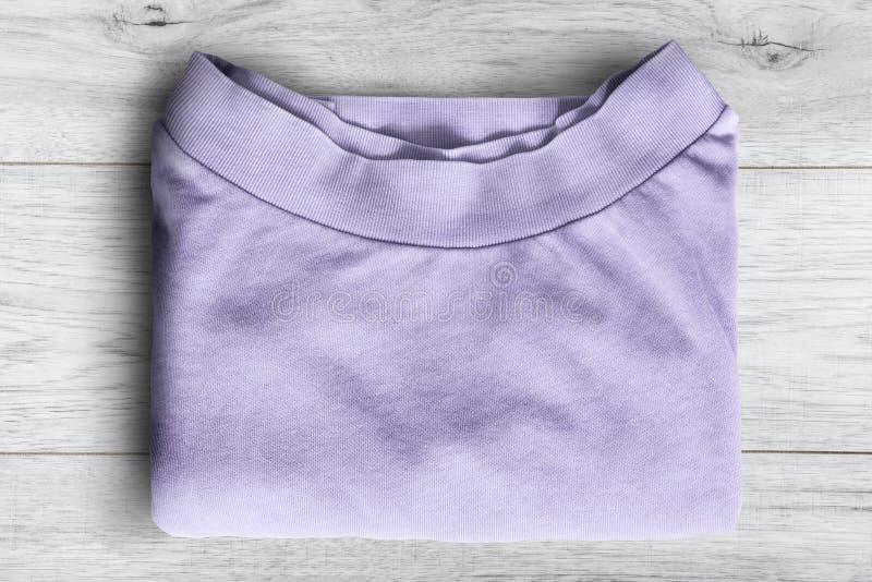 Μπλούζα στο ξύλινο υπόβαθρο στοκ εικόνα με δικαίωμα ελεύθερης χρήσης
