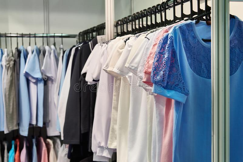 Μπλούζες και πουκάμισα γυναικών στο κατάστημα στοκ εικόνα με δικαίωμα ελεύθερης χρήσης