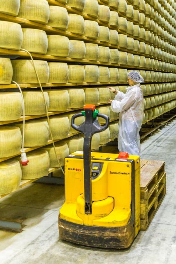 ΜΠΟΛΟΝΙΑ, ΙΤΑΛΙΑ - 2 ΜΑΐΟΥ 2018: Τυρί επιθεώρησης εργαζομένων σε Parm στοκ φωτογραφίες με δικαίωμα ελεύθερης χρήσης