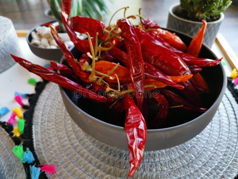 Μπολ με αποξηραμένες κόκκινες καυτερές πιπεριές στοκ εικόνα με δικαίωμα ελεύθερης χρήσης