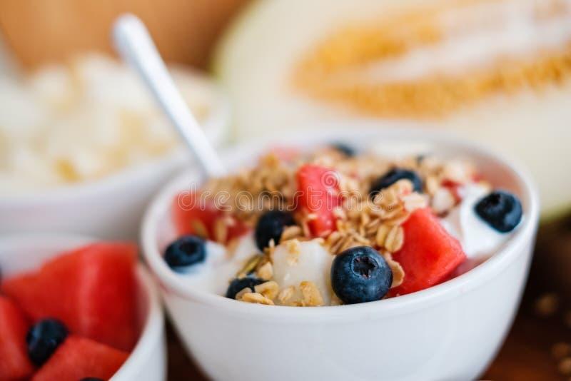 Μπολ με δημητριακά, φρούτα και γιαούρτι - υγιεινό πρωινό στοκ εικόνες με δικαίωμα ελεύθερης χρήσης