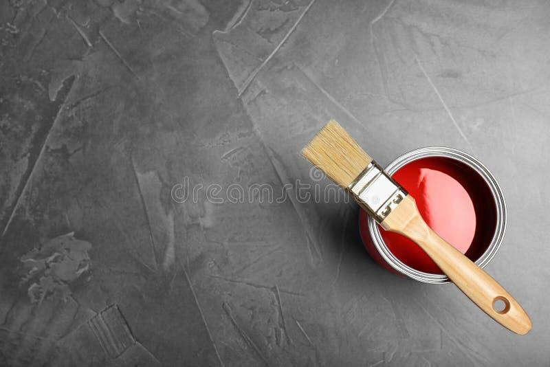 Μπορέστε με κόκκινο να χρωματίσετε και να βουρτσίσετε στο γκρίζο υπόβαθρο, τοπ άποψη στοκ φωτογραφία