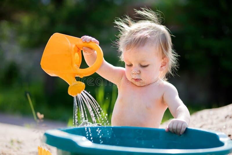 μπορέστε παιδί λίγο ύδωρ πα& στοκ φωτογραφία με δικαίωμα ελεύθερης χρήσης