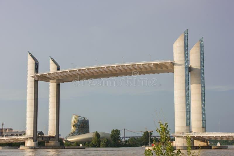 Μπορντώ, Gironde, ΓΑΛΛΙΑ - 27 Μαΐου:: Αναφέρετε du Vin Building και γέφυρα Chaban Delmas στο Μπορντώ στις 27 Μαΐου 2017 στοκ φωτογραφίες