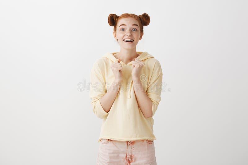 Μπορούμε να διαβάσουμε την επιθυμία στα μάτια της Πορτρέτο του ελκυστικού συγκλονισμένου νέου redhead κοριτσιού με δύο χαριτωμένα στοκ φωτογραφία