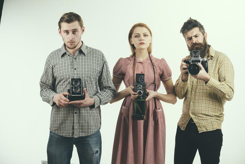 Μπορούμε να σπάσουμε απότομα ανά πάσα στιγμή Ομάδα φωτογράφων με τις αναδρομικές κάμερες Αναδρομικές ύφους γυναικών και ανδρών κά στοκ εικόνα