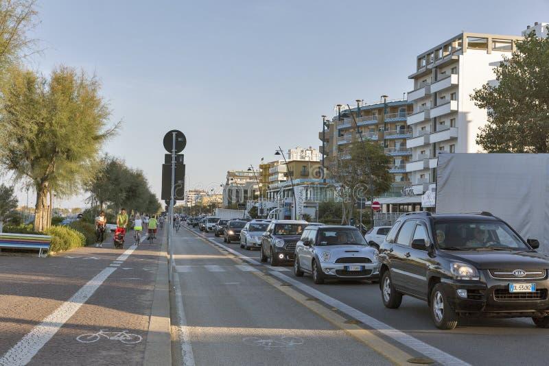 Μποτιλιαρίσματα στην οδό προκυμαιών του Claudio Tintori σε Rimini, Ιταλία στοκ εικόνες