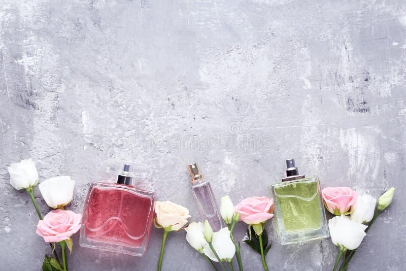Μπουκάλια αρώματος με τα λουλούδια στοκ εικόνα με δικαίωμα ελεύθερης χρήσης