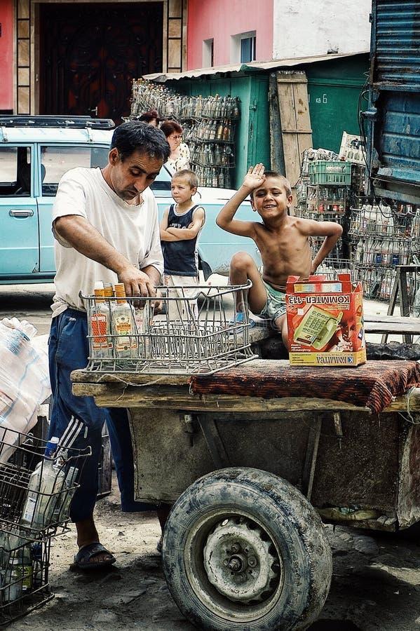Μπουκάλια γυαλιού ανακύκλωσης πατέρων και παιδιών από την απόρριψη απορριμμάτων κοντά στην τοπική αγορά στοκ φωτογραφία με δικαίωμα ελεύθερης χρήσης