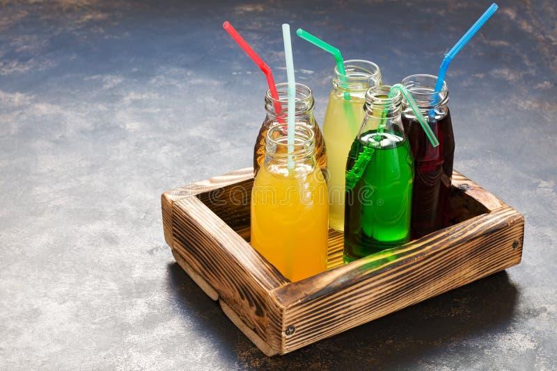 Μπουκάλια γυαλιού με τους διαφορετικούς χυμούς σε ένα ξύλινο κιβώτιο κατανάλωση έννοιας υγιής στοκ φωτογραφία με δικαίωμα ελεύθερης χρήσης