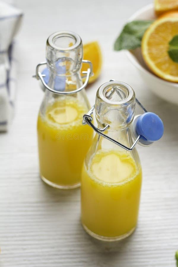 Μπουκάλια γυαλιού με το χυμό από πορτοκάλι στοκ φωτογραφία με δικαίωμα ελεύθερης χρήσης