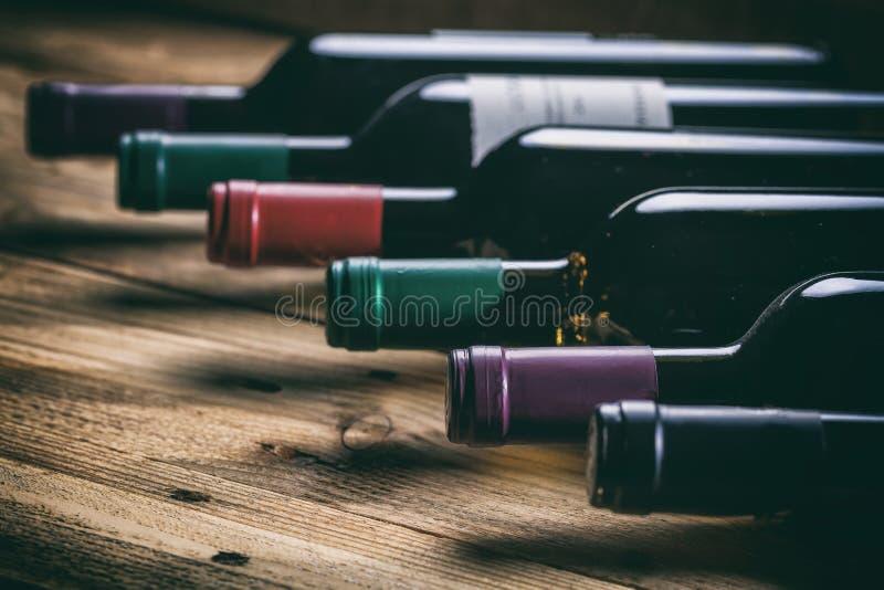 Μπουκάλια κρασιού στο ξύλινο υπόβαθρο στοκ φωτογραφίες με δικαίωμα ελεύθερης χρήσης