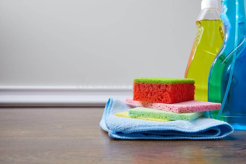 μπουκάλια με τα αντισηπτικά υγρά και κουρέλια για τον ανοιξιάτικο καθαρισμό στοκ φωτογραφίες με δικαίωμα ελεύθερης χρήσης
