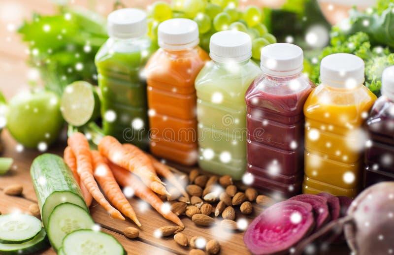 Μπουκάλια με τα διαφορετικά φρούτα ή τους φυτικούς χυμούς στοκ εικόνα με δικαίωμα ελεύθερης χρήσης