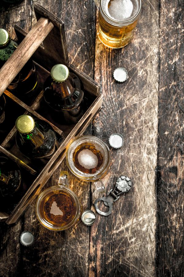 Μπουκάλια με την μπύρα σε ένα παλαιό κιβώτιο στοκ εικόνα με δικαίωμα ελεύθερης χρήσης