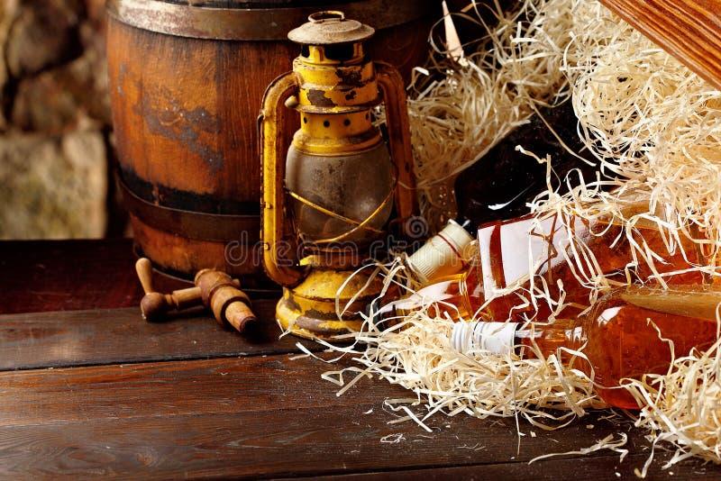 Μπουκάλια ουίσκυ Posterous, εκλεκτής ποιότητας κιβώτιο ξύλινων εμπορευματοκιβωτίων ουίσκυ, ελαιολυχνίες ύφους φαναριών κηροζίνης, στοκ εικόνες με δικαίωμα ελεύθερης χρήσης