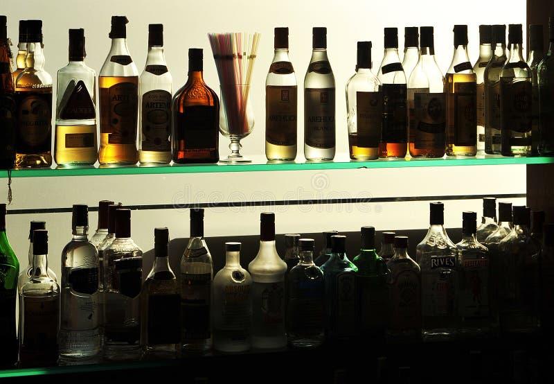 Μπουκάλια ποτών στο μπαρ στοκ φωτογραφία με δικαίωμα ελεύθερης χρήσης