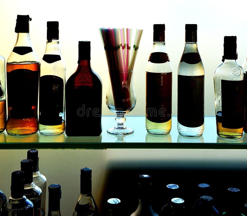 Μπουκάλια ποτών στο μπαρ στοκ εικόνα