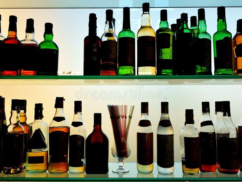Μπουκάλια ποτών στο μπαρ στοκ εικόνες