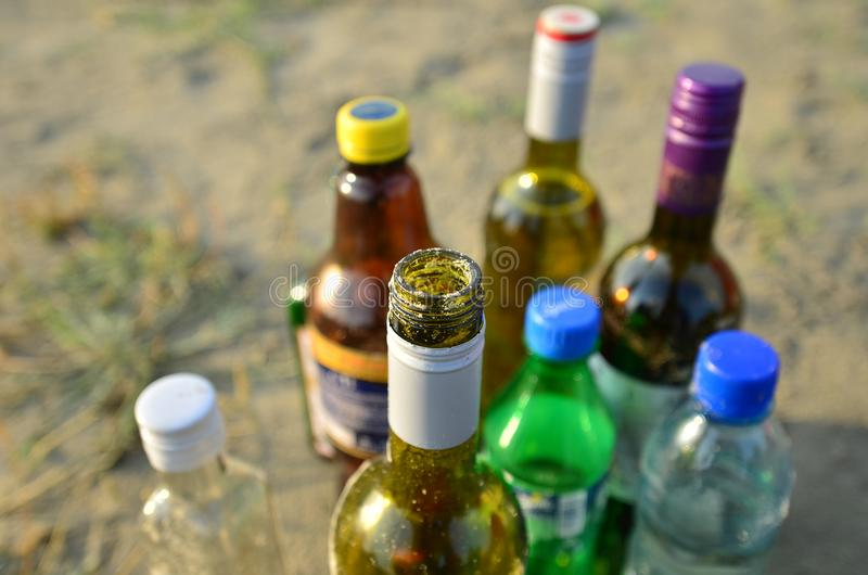 Μπουκάλια στην άμμο, κινηματογράφηση σε πρώτο πλάνο στοκ εικόνες