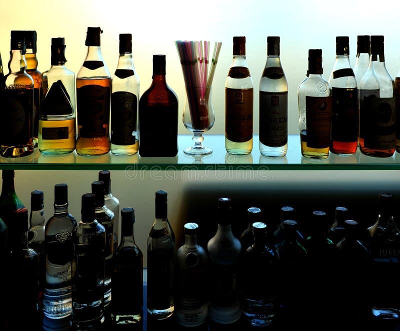 Μπουκάλια του κρασιού και των ποτών στο φραγμό στοκ εικόνα με δικαίωμα ελεύθερης χρήσης