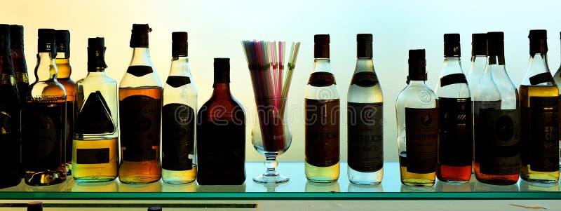 Μπουκάλια του κρασιού και των ποτών στο φραγμό στοκ φωτογραφίες με δικαίωμα ελεύθερης χρήσης