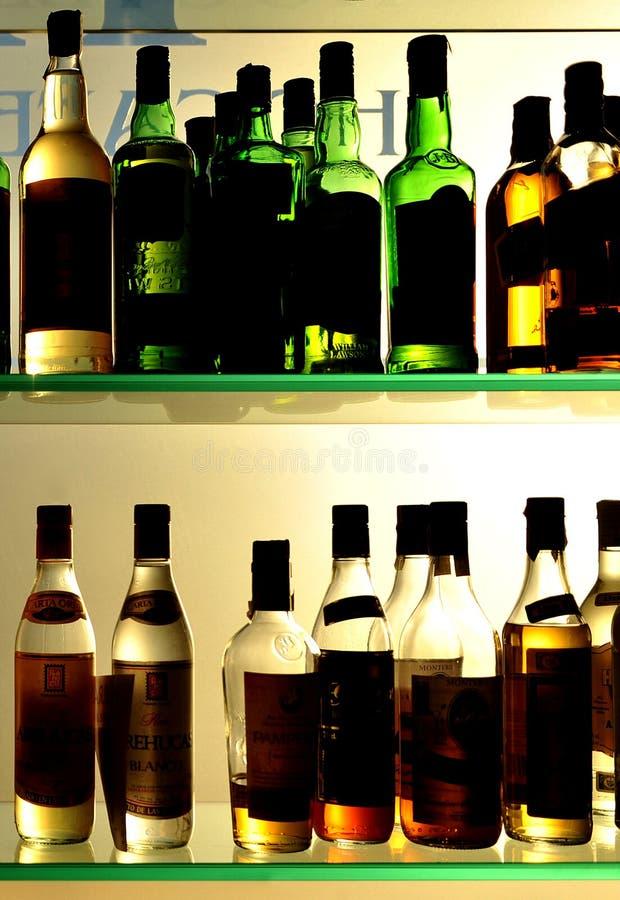 Μπουκάλια του κρασιού και των ποτών στο φραγμό στοκ εικόνες