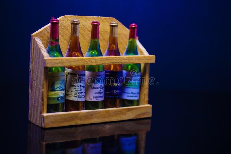 Μπουκάλια του κρασιού στο μπλε υπόβαθρο στοκ εικόνες με δικαίωμα ελεύθερης χρήσης