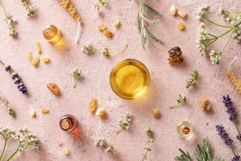 Μπουκάλια του ουσιαστικού πετρελαίου με frankincense, valerian, lavender στοκ εικόνα με δικαίωμα ελεύθερης χρήσης