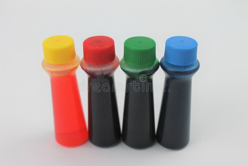 Μπουκάλια του χρωματισμού τροφίμων σε ένα άσπρο υπόβαθρο που απομονώνεται στοκ φωτογραφίες