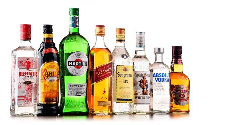 Μπουκάλια των ανάμεικτων σφαιρικών εμπορικών σημάτων ποτού στοκ φωτογραφία με δικαίωμα ελεύθερης χρήσης