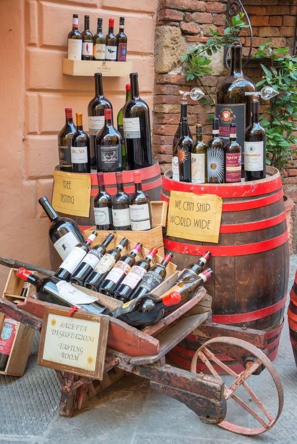 Μπουκάλια Vino Nobile, το διασημότερο κρασί από Montepulciano, στην επίδειξη έξω από μια οινοποιία, στις 21 Ιουλίου 2017, σε Mont στοκ εικόνα με δικαίωμα ελεύθερης χρήσης