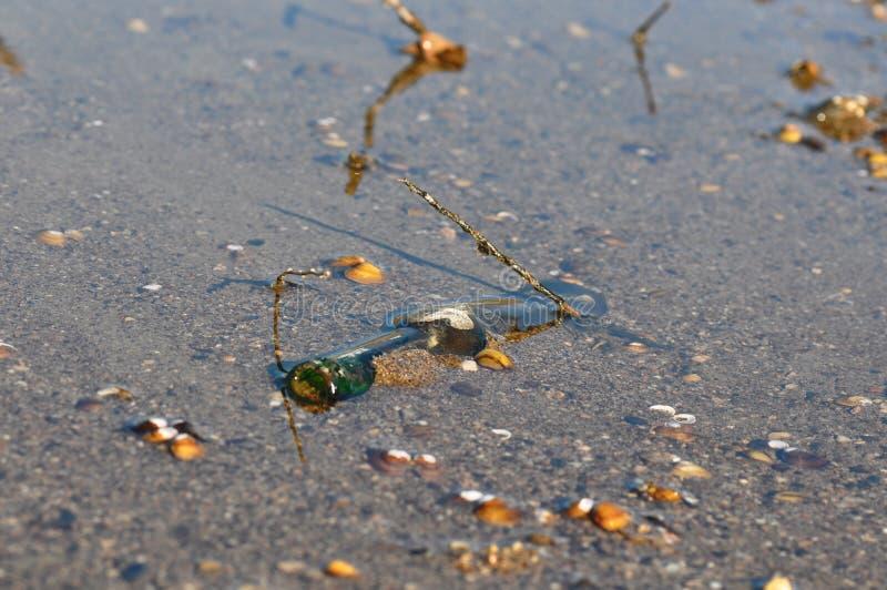 Μπουκάλι απορριμμάτων στην παραλία στοκ φωτογραφίες με δικαίωμα ελεύθερης χρήσης