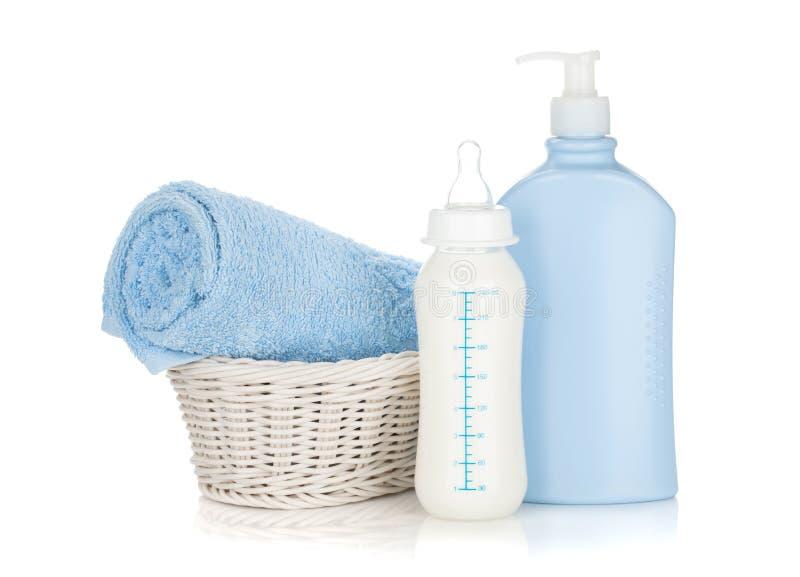 Μπουκάλι γάλακτος μωρών, σαμπουάν και πετσέτα στοκ εικόνα με δικαίωμα ελεύθερης χρήσης