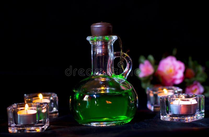 Μπουκάλι γυαλιού με την πράσινη φίλτρο στο σκοτεινό υπόβαθρο στοκ φωτογραφία
