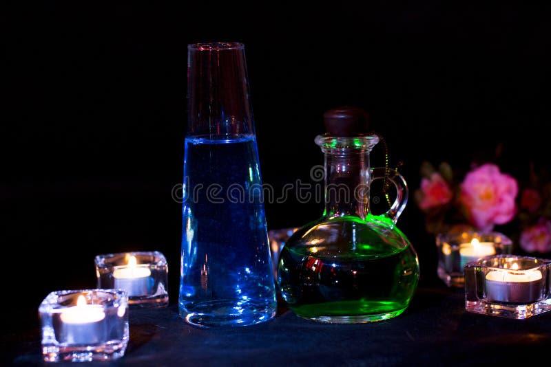 Μπουκάλι γυαλιού με την πράσινη φίλτρο στο σκοτεινό υπόβαθρο στοκ φωτογραφίες με δικαίωμα ελεύθερης χρήσης
