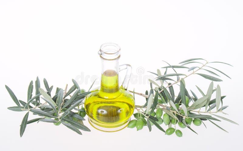 Μπουκάλι γυαλιού με το πρόσθετα παρθένα ελαιόλαδο και τα κλαδί ελιάς Ελιά brunch με τις ελιές που απομονώνονται στο άσπρο υπόβαθρ στοκ εικόνες με δικαίωμα ελεύθερης χρήσης