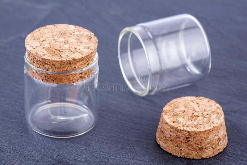 Μπουκάλι γυαλιού με το φελλό ΚΑΠ στοκ φωτογραφίες