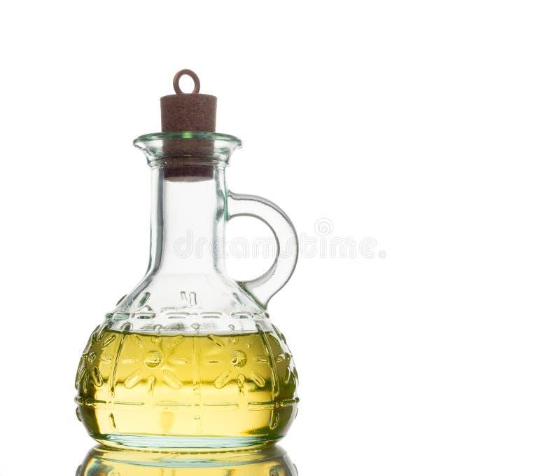 Μπουκάλι επιπλέον παρθένου υγιούς στενού επάνω ελαιολάδου που απομονώνεται στο άσπρο υπόβαθρο στοκ φωτογραφία
