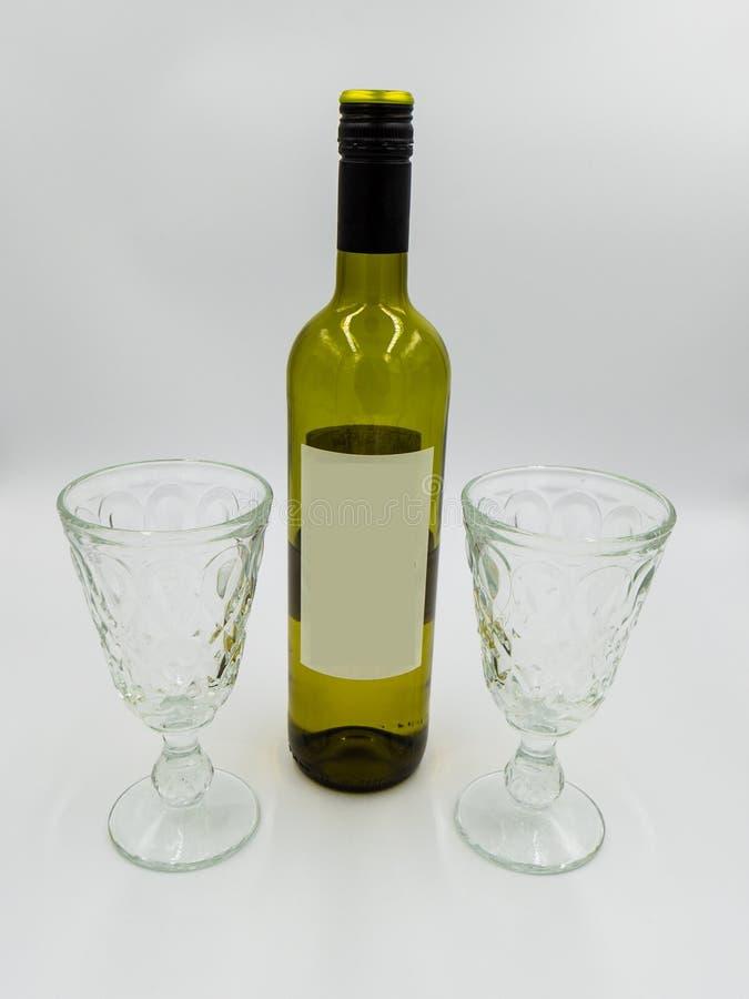 Μπουκάλι και γυαλιά κρασιού με την κενή ετικέτα για το μόνο σχέδιο στοκ φωτογραφία με δικαίωμα ελεύθερης χρήσης