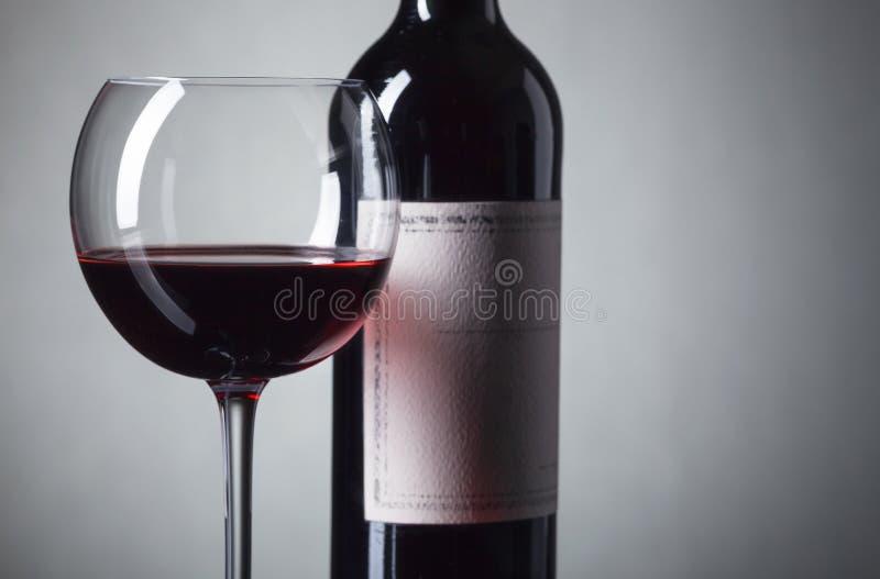 Μπουκάλι και ποτήρι του κόκκινου κρασιού στοκ φωτογραφία με δικαίωμα ελεύθερης χρήσης