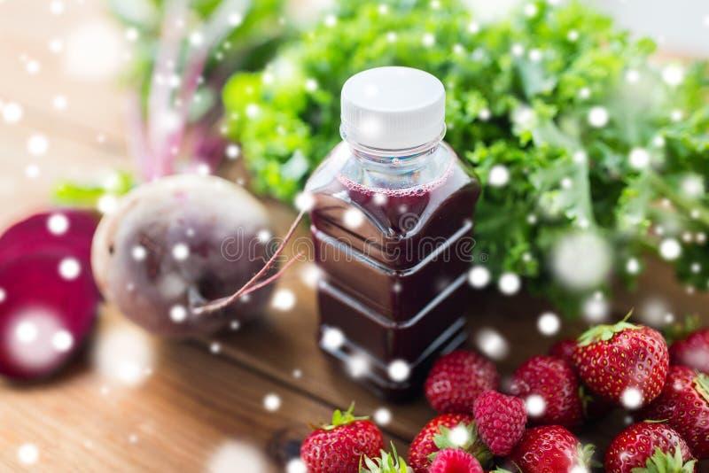 Μπουκάλι με το χυμό παντζαριών, φρούτα και λαχανικά στοκ φωτογραφία με δικαίωμα ελεύθερης χρήσης