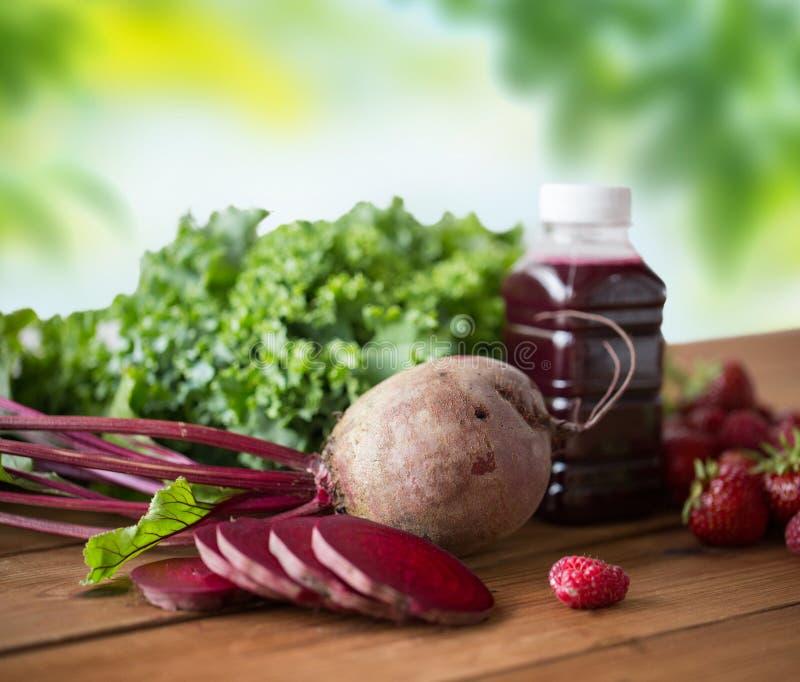 Μπουκάλι με το χυμό παντζαριών, φρούτα και λαχανικά στοκ φωτογραφίες με δικαίωμα ελεύθερης χρήσης